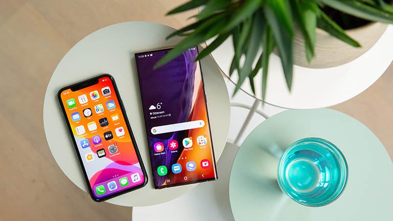 Ein iPhone 11 und ein Samsung Galaxy Note 20 Ultra nebeneinander.