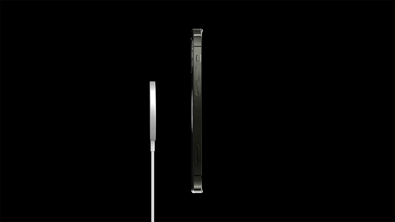 Ein iPhone 12 von der Seite. Hinten dockt gleich ein MagSafe-Lader an.