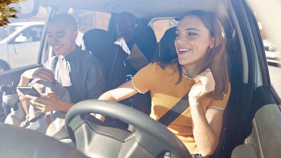 Eine Gruppe von Personen sitzt in einem Auto und hört Musik.