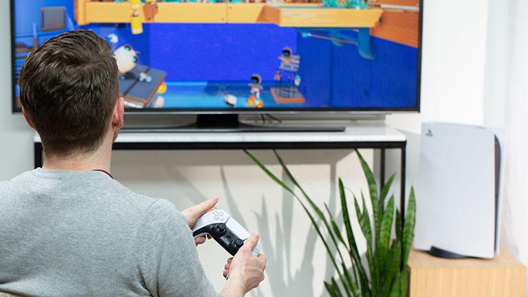 Eine Person spielt auf einer PlayStation 5.