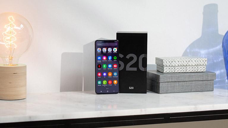 Das Samsung Galaxy S20 neben der Verpackung auf einem Tisch.