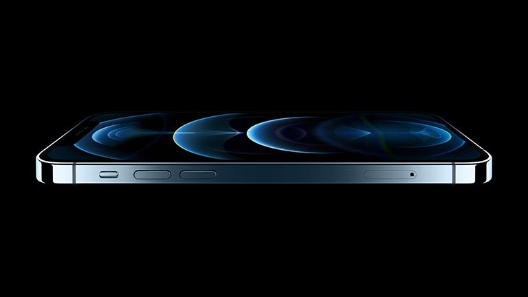 Das iPhone 12 in der Seitenansicht.