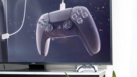 Der DualSense-Controller vor einen Fernseher.