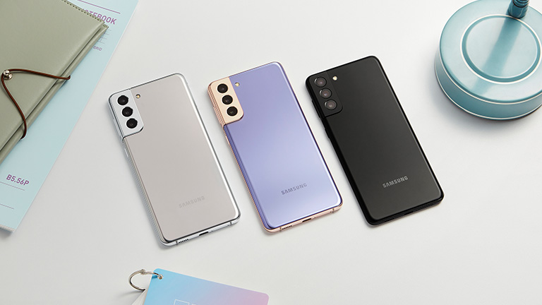 Das Samsung Galaxy S21 in drei unterschiedlichen Farben.