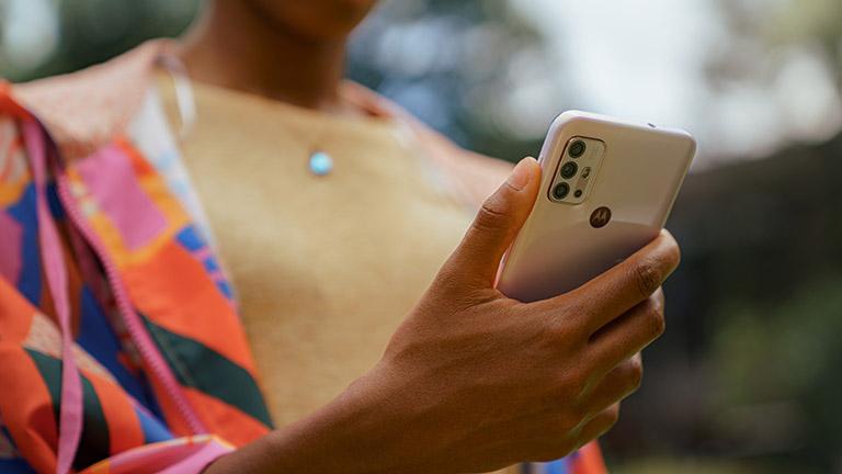 Eine Person hält das Motorola Moto G30 in Pastel Sky in der Hand.