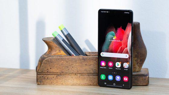Das Samsung Galaxy S21 steht aufrecht vor einem Stiftehalter.