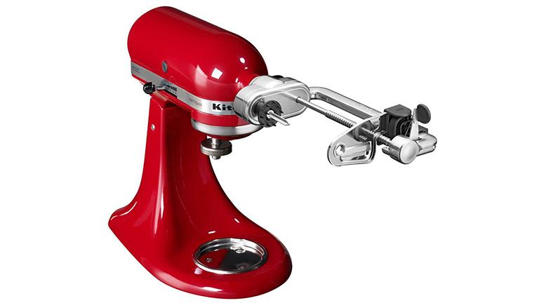 Der Spiralschneider an einer roten KitchenAid Artisan.