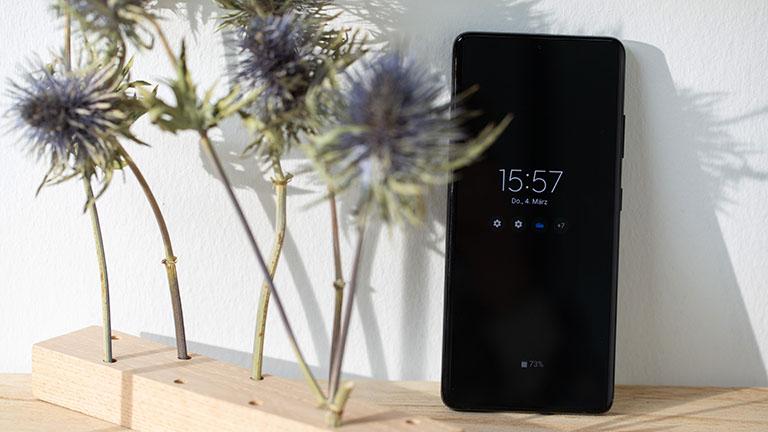 Ein Samsung Galaxy S21 Ultra 5G mit aktiviertem Always-On-Display steht auf einem Tisch.