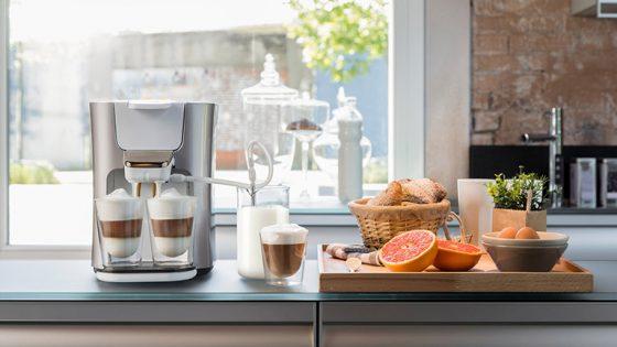 Eine Senseo Latte Duo von Philips auf einer Küchenzeile.