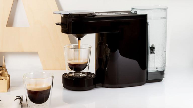 Die Philips Senseo Up Plus bereitet gerade einen Kaffee zu.