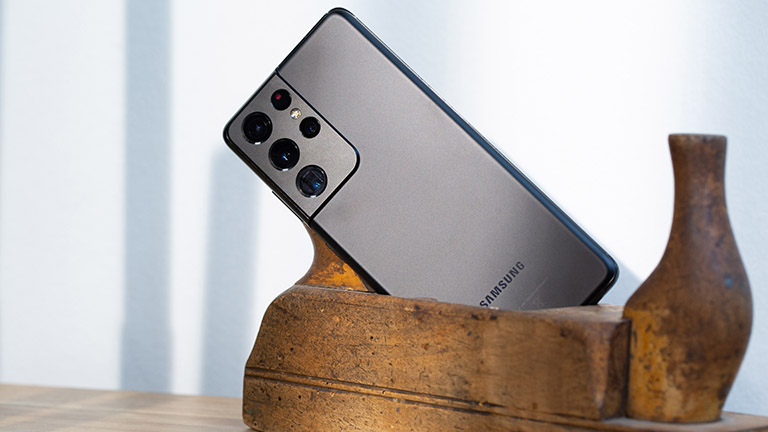 Aufnahme der Rückseite des Samsung Galaxy S21 Ultra mit Fokus auf der Kamera.