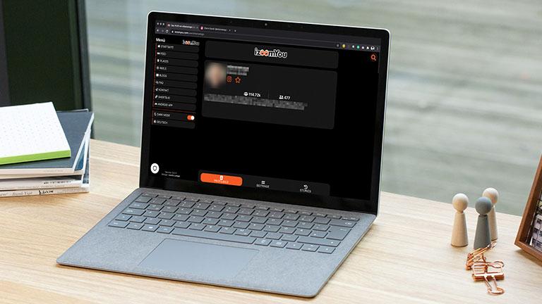 Ein Laptop, auf dem die Seite izoomYou (Instazoom) geöffnet ist.