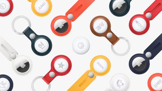 Mehrere Apple AirTags in unterschiedlichen Schlüssel- und Taschenanhängern liegen nebeneinander.