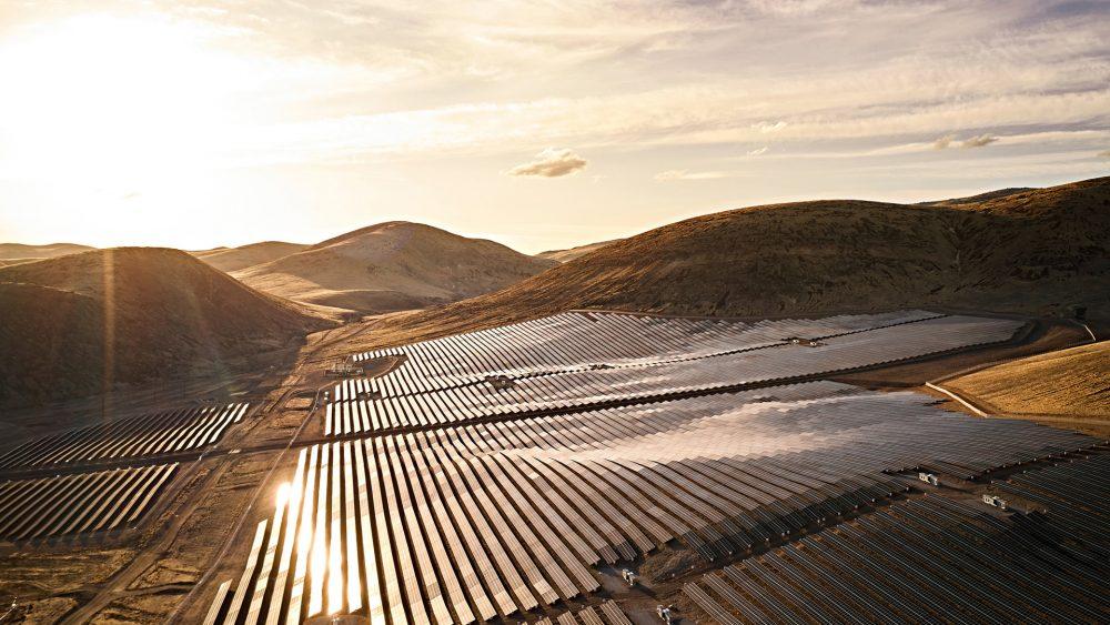 Blick auf die Solarfarm von Apple in Reno, Nevada bei Sonnenuntergang.
