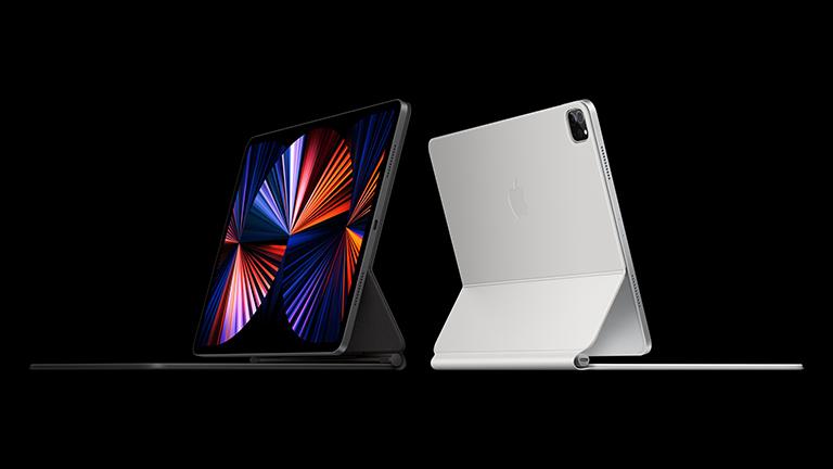 Das neue iPad Pro in Space Grau und Silber mit dem Magic Keyboard.