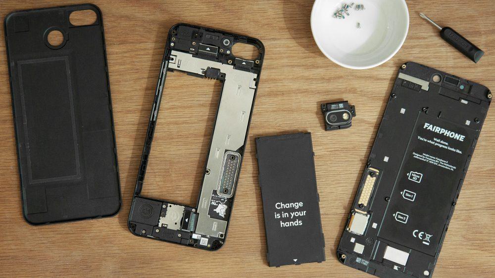 Das Fairphone 3+ in seine Einzelteile zerlegt.