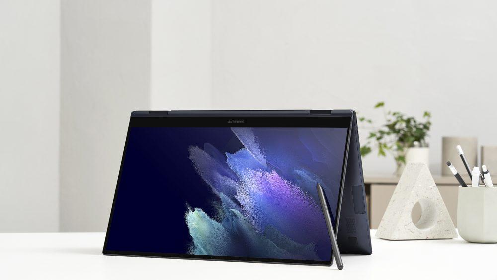 Ein aufgeklapptes Galaxy Book Pro 360 mit der Tastatur als Standfuß. An das Display angelehnt ist der S-Pen.