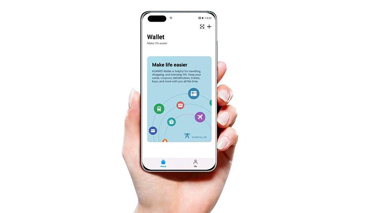 Eine Hand hält ein Huawei-Smartphone in der Hand, auf dem die Wallet-App geöffnet ist.
