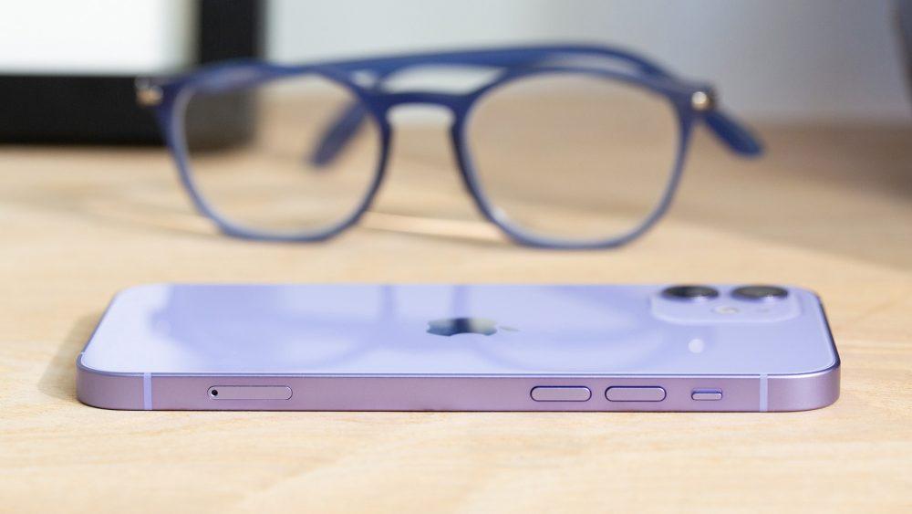 Das iPhone 12 in der Seitenaufnahme. Im linken Rahmen verbaut Apple den SIM-Karten-Slot, die zwei Tasten für die Lautstärke und einen separaten Schalter, um das Gerät lautlos zu schalten.