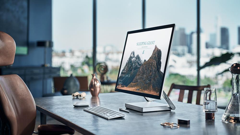 Ein modernes Büro mit einem Surface Studio 2 und einer Surface Tastatur davor.