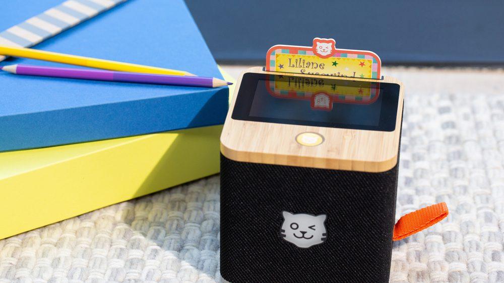 Eine schwarze Tigerbox steht auf einem Teppich.