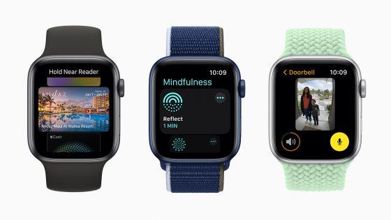 Auf drei Apple Watches nebeneinander Screens des neuen Betriebssystems watchOS 8.