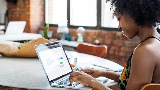 Eine Person sitzt an einem Laptop und hat die Facebook-Anmeldeseite geöffnet.