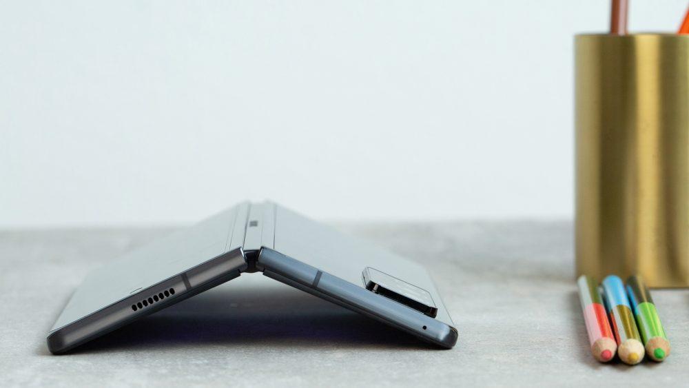 Auf dem Tisch liegt ein Galaxy Z Fold2, daneben eine goldfarbene Dose mit Buntstiften.