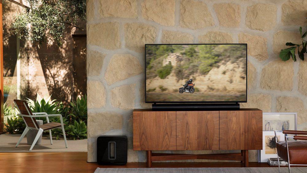 Auf einem edlen Sideboard steht ein Flachbildfernseher, davor eine Soundbar.