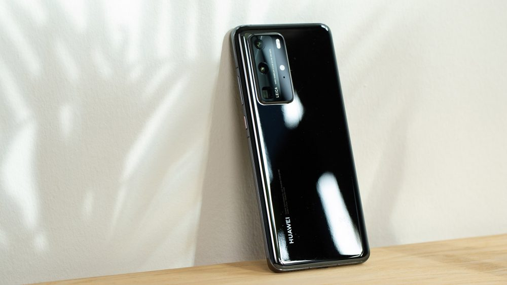 Ein Huawei P40 Pro in Schwarz lehnt an einer Wand. Zu sehen ist die Rückseite.