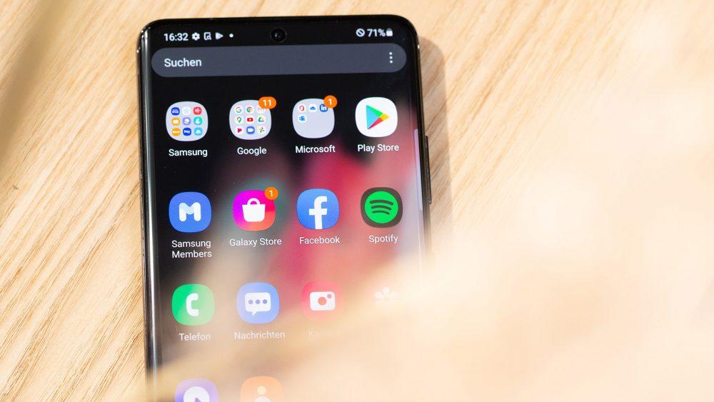 Blick auf ein Android-Smartphone. Auf dem Bildschirm ist der Play Store zu sehen.