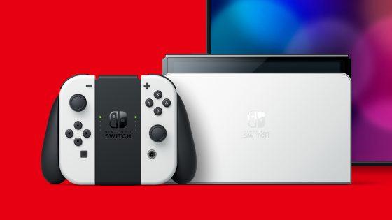 Aufnahme der Nintendo Switch OLED in der Dockingstation und der Joy-Cons in der Controller-Halterung vor einem roten Hintergrund.