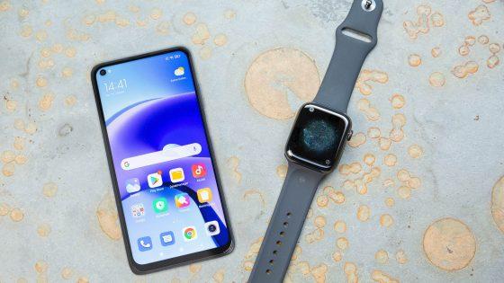 Ein Xiaomi Redmi Note 9T und eine Apple Watch 5 liegen nebeneinander.