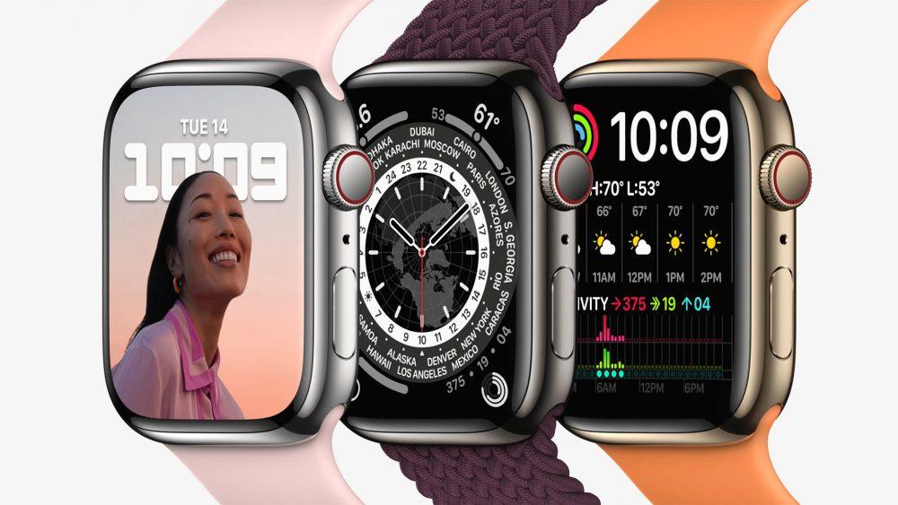 Produktfoto dreier Apple Watch 7, auf denen verschiedene Zifferblätter zu sehen sind.