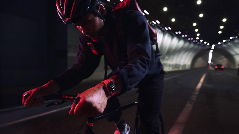 Eine Person fährt Rennrad in einem Tunnel. Am Handgelenkt trägt sie die Apple Watch 7 in rot.