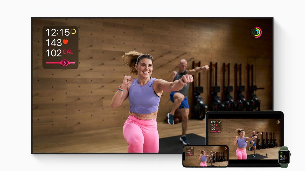 Auf einem Fernseher, einem iPad und einem iPhone ist ein Video von Apples Fitness-Abo Fitness+ zu sehen.