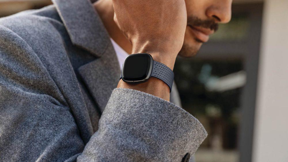 Eine Person trägt die Fitbit Sense am Handgelenk.