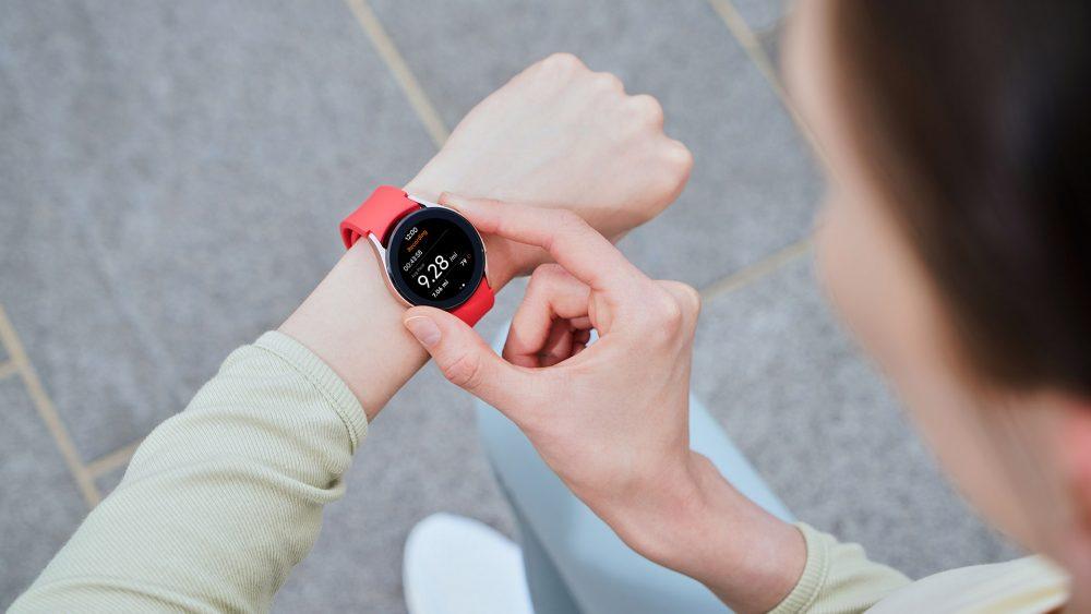 Eine Person trägt eine Galaxy Watch4 am Handgelenk und bedient sie.