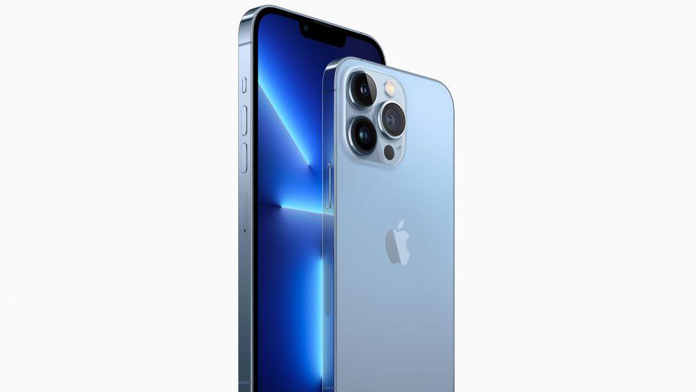 Das iPhone 13 Pro und Pro Max in der Farbe Sierrablau.