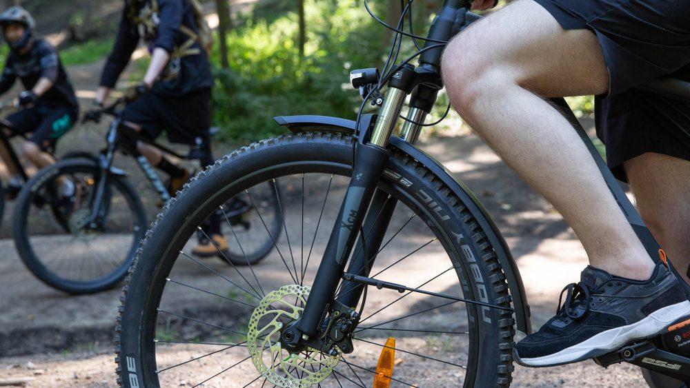 Detailansicht der Gabelfederung an einem elektrischen Mountainbike.
