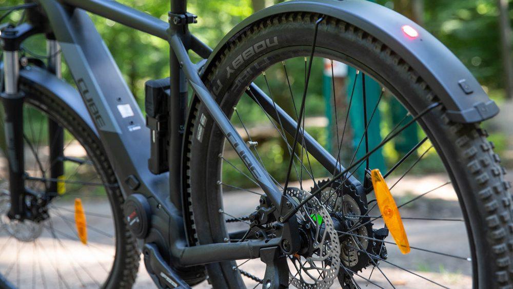 Detailansicht des hinteren Teils eines elektrischen Mountainbikes.