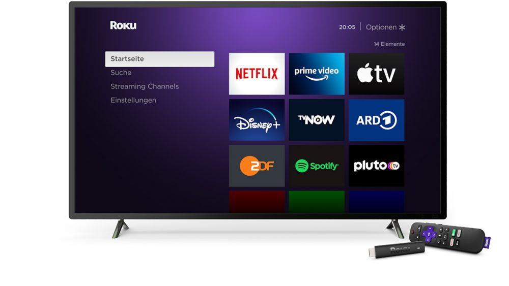 Produktbild des Roku Streaming Stick 4K mit Fernbedienung neben einem Fernseher.