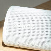 Die Sonos Roam in der Detailansicht. Die Sonne scheint auf das Sonos-Logo.