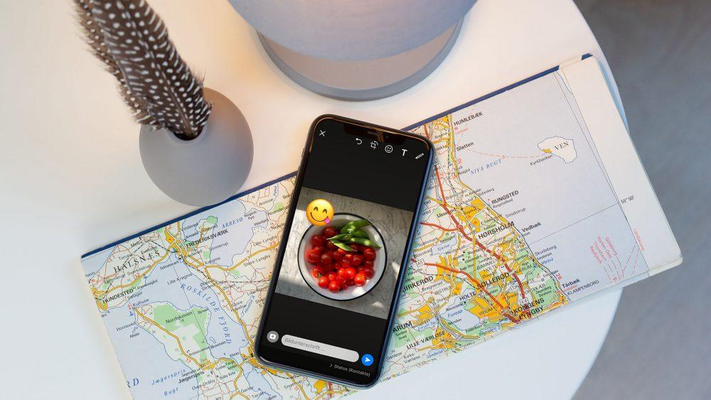 Ein Smartphone liegt auf einem Tisch und zeigt den Bearbeitungsmodus für Fotos für den WhatsApp-Status.