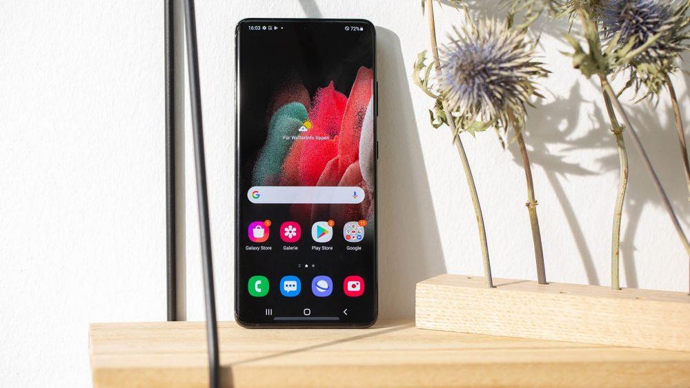 Auf einem Regal lehnt das Samsung Galaxy S21 Ultra mit dem Betriebssystem Android 11.