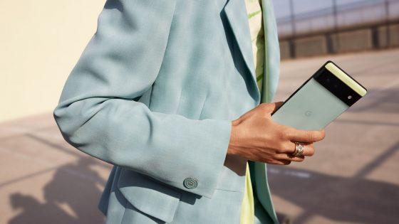Eine Person hält ein Pixel 6 in den Händen, das farblich zu ihrem Outfit passt.