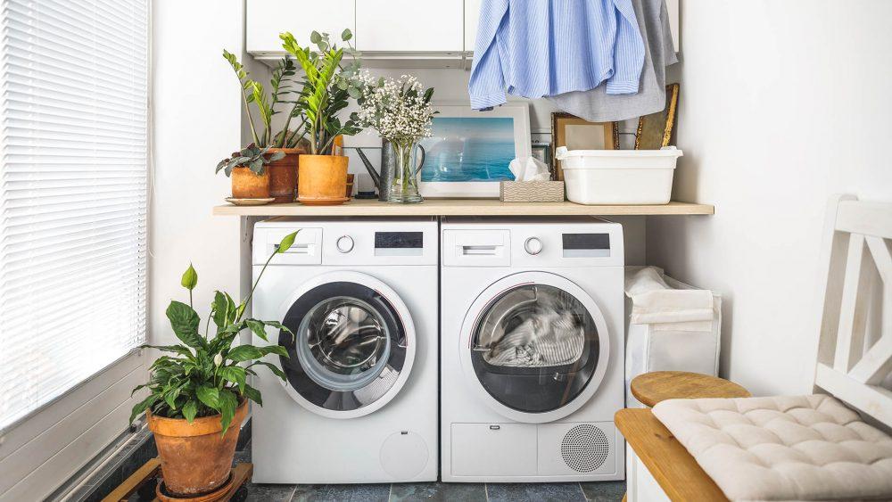 Ein Wärmepumpentrockner steht neben einer Waschmaschine.