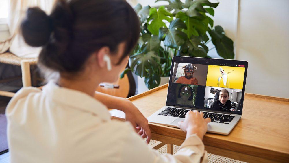 Eine Person hält ein Online-Meeting. Alle Teilnehmer*innen nutzen dabei Lenses der Snap Camera.