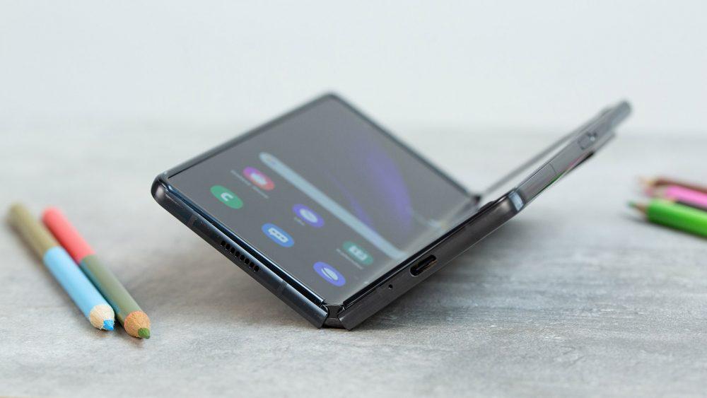Das Samsung Galaxy Z Fold2 liegt halb aufgeklappt auf einem Tisch.