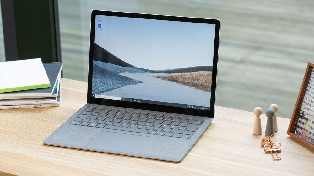Der Microsoft Surface Laptop 3 steht aufgeklappt auf einem Schreibtisch.